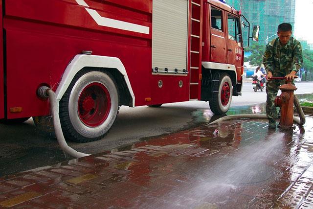 通过消防栓往万博app苹果版下载注水