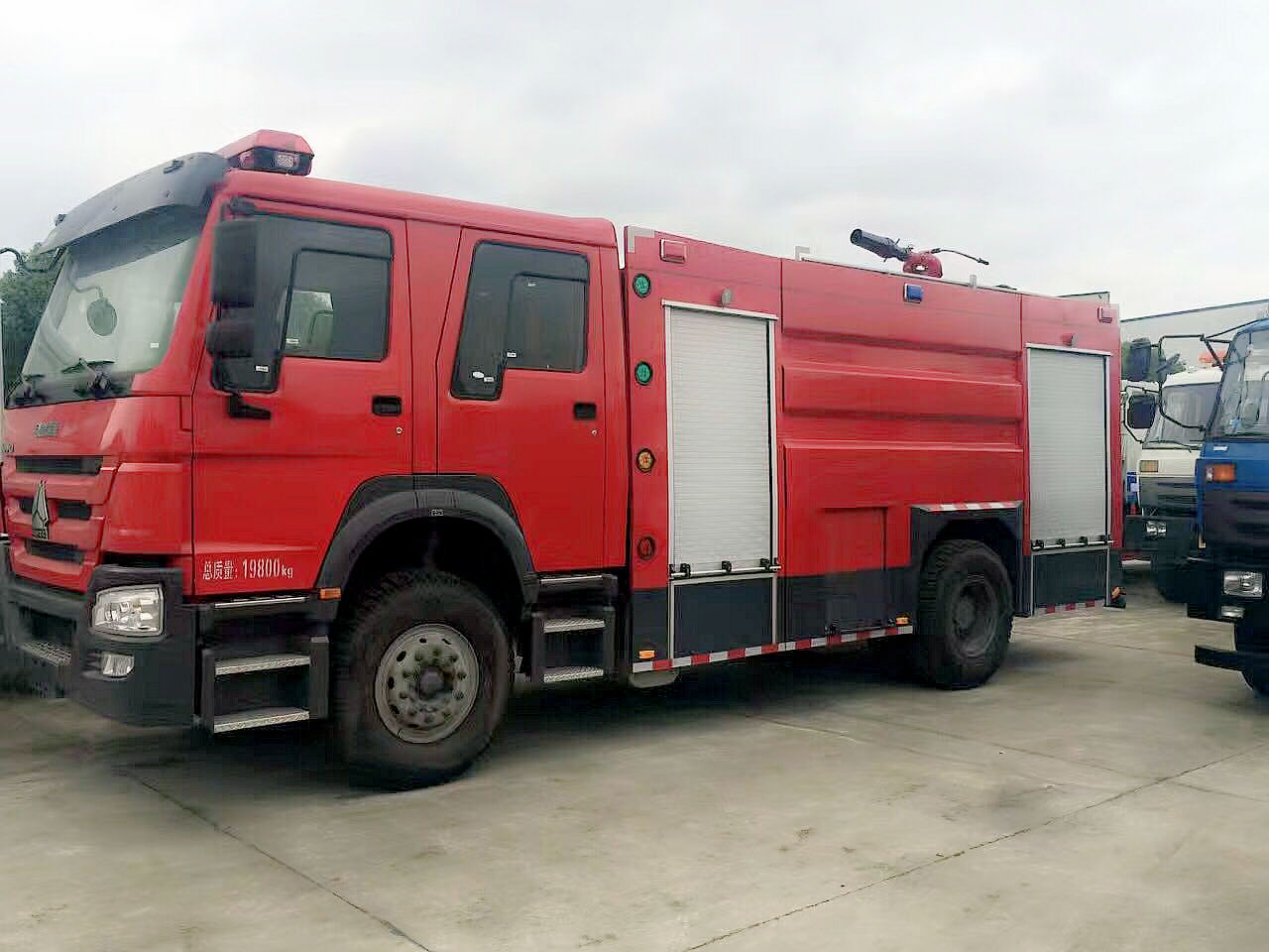 豪沃8吨水罐消防车侧面图片