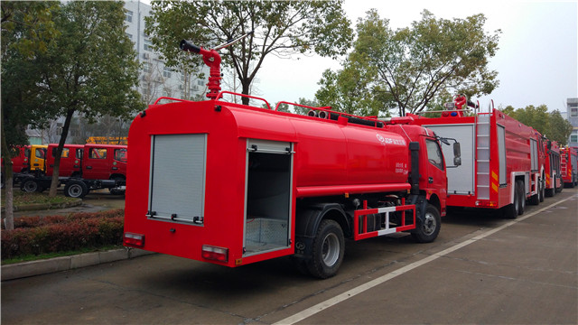 东风多利卡6.8吨简易消防车尾部带器材箱图