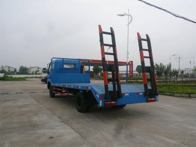 东风多利卡平板运输车背面图